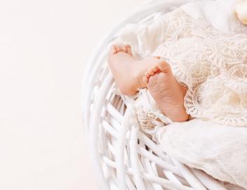 Segen: Babyfüße auf weißem Kissen